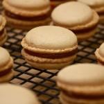 Macarons au caramel au beurre salé et à la confiture de poires et pommeau breton
