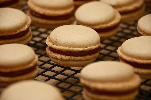 Macarons au caramel beurre salé, poires et pommeau breton
